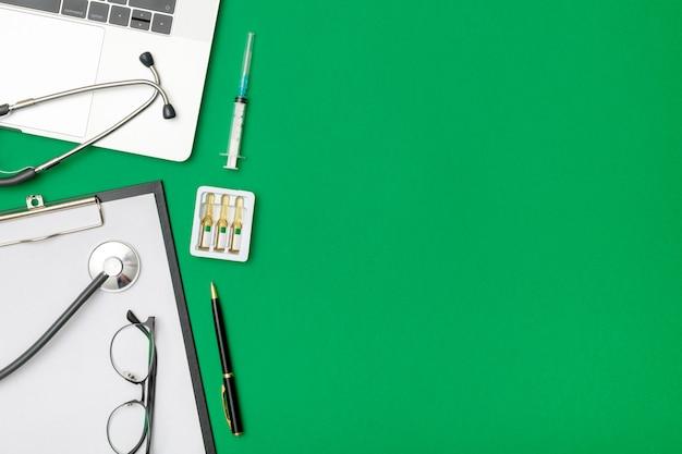 Вид сверху стол врача с ноутбуком Premium Фотографии