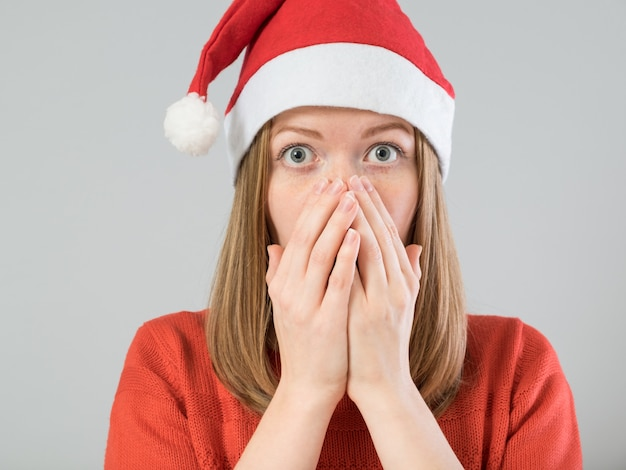 Шокированная рождественская женщина Premium Фотографии