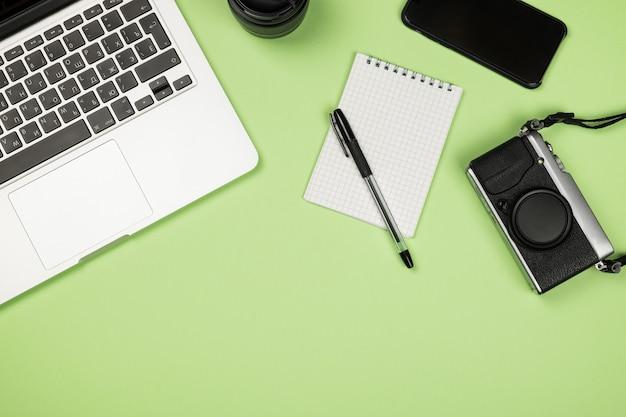 Вид сверху офисного стола с расходными материалами Premium Фотографии