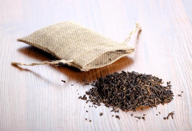 木製の床に布の袋と乾燥茶 Premium写真