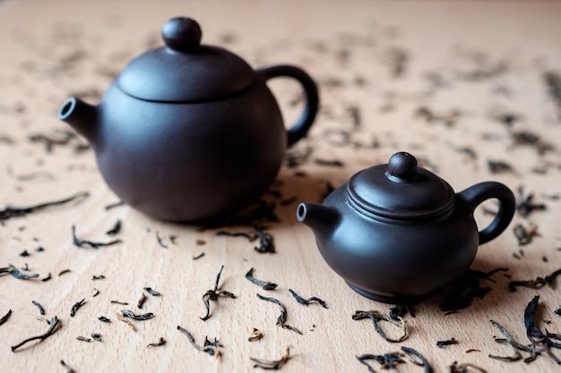 Чайник на столе Premium Фотографии