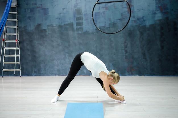 演習を行うジムで若い女性。スポーツとライフスタイルのコンセプト Premium写真