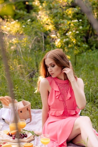 外の公園で赤髪の女性 Premium写真