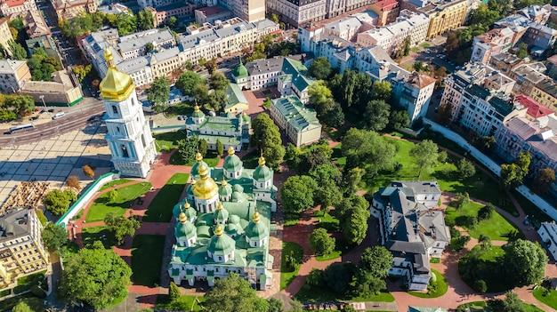 聖ソフィア大聖堂とキエフの街並み、キエフの街並み、ウクライナの首都の空中ドローンビュー Premium写真