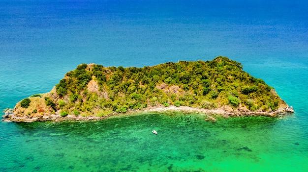 熱帯の島、ビーチ、上から青い透明なアンダマン海のボート、タイ、クラビの美しい群島の空撮 Premium写真