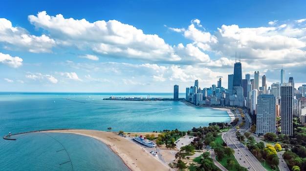 上からシカゴのスカイライン空中ドローンビュー、シカゴのダウンタウンの高層ビルとミシガン湖の街並み、イリノイ州、米国 Premium写真