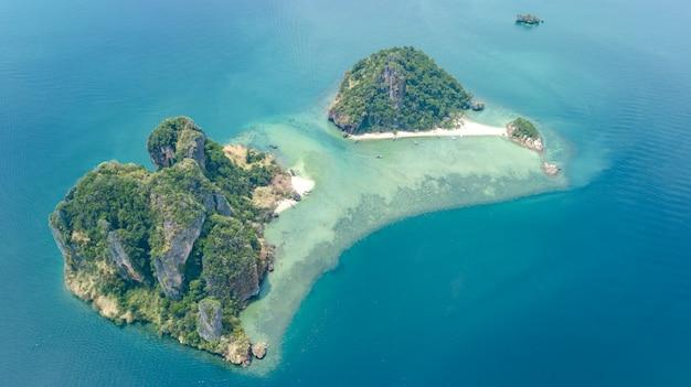 熱帯の島、ビーチ、上から青い澄んだアンダマン海のボート、クラビ、タイの美しい群島の空中ドローンビュー Premium写真