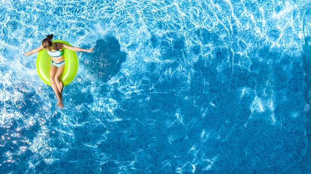上からプールの空中のトップビューでアクティブな若い女の子 Premium写真