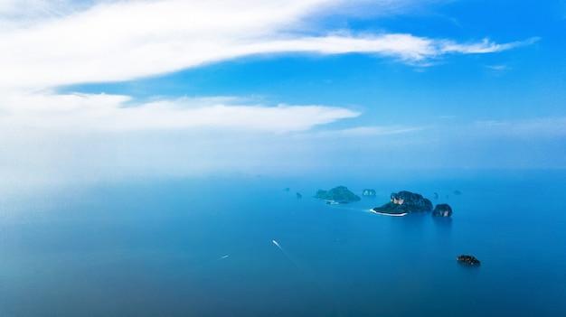 熱帯の島々、ビーチ、上から青い澄んだアンダマン海のボート、クラビ、タイの美しい群島の空中ドローンビュー Premium写真