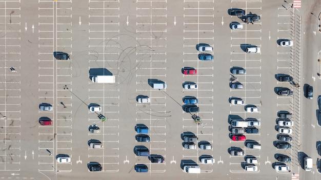Стоянка с видом сверху на множество автомобилей, вид сверху, городской транспорт и городская концепция Premium Фотографии
