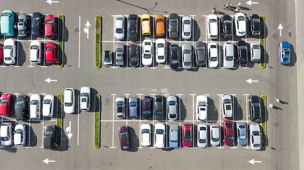 多くの車の空中のトップドローンビュー上から駐車場、都市交通および都市のコンセプト Premium写真