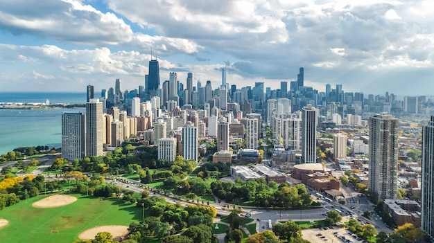 上からシカゴのスカイライン空中ドローンビュー、ミシガン湖、シカゴのダウンタウンの高層ビル都市景観リンカーンパーク、イリノイ州、アメリカ合衆国からの鳥の眺め Premium写真