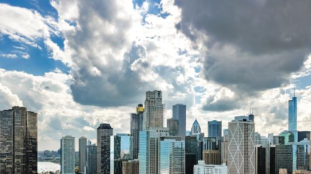 上からシカゴのスカイライン空中ドローンビュー、シカゴ市のダウンタウンの高層ビルとミシガン湖の街並み、イリノイ州、米国 Premium写真