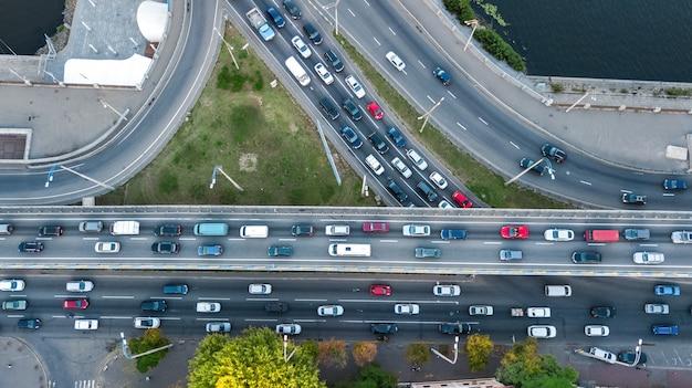 上から道路のジャンクションの空中のトップビュー、自動車交通、多くの車の渋滞、輸送の概念 Premium写真
