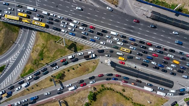 上から道路のジャンクションの空中のトップビュー、自動車交通、多くの車、交通機関の概念のジャム Premium写真