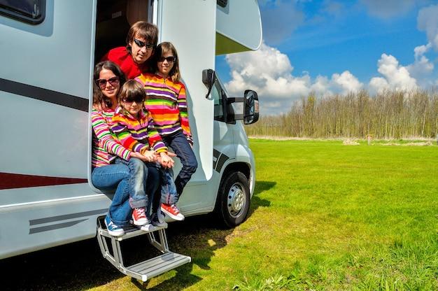 Семейный отдых, р.в. (кемпер) путешествия с детьми Premium Фотографии