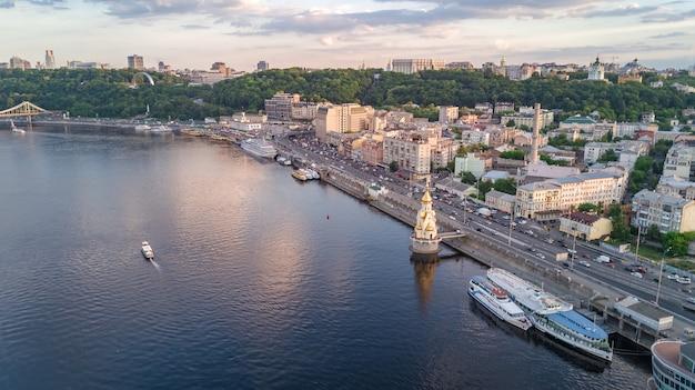 ウクライナ、キエフ市の上からドニエプル川とポドル地区の空中のトップビュー Premium写真