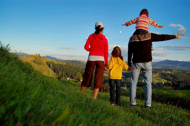 Счастливая семья на отдыхе в горах Premium Фотографии