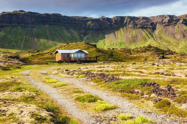 アイスランドの山と川の美しい風景。 Premium写真