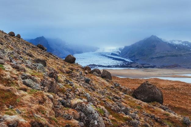 アイスランドの山々の美しい風景 Premium写真