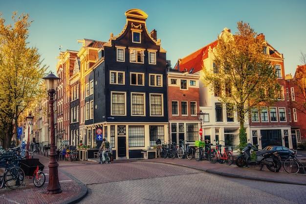 アムステルダムの街の美しい静かなシーン。 Premium写真