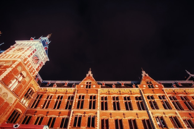 Красивый спокойный ночной вид на амстердам Premium Фотографии