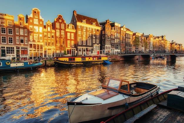 Прекрасная ночь в амстердаме. освещение Premium Фотографии
