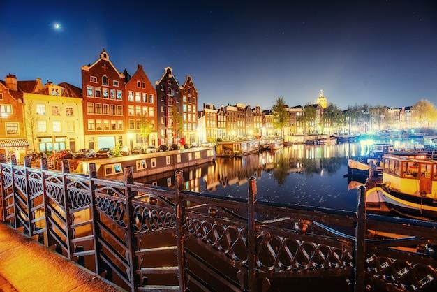 アムステルダムの美しい夜。建物の照明と Premium写真