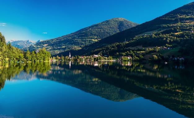 Горное озеро между горами Premium Фотографии