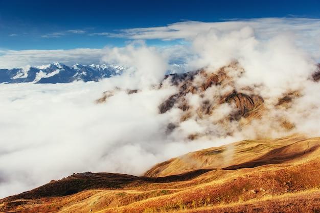 Густой туман на перевале гуле. грузия, сванетия. европа. Premium Фотографии