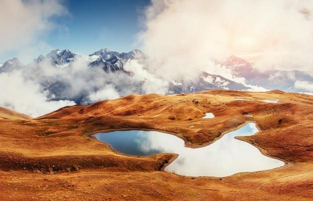 Закат на горном озере корульди. верхняя сванетия, грузия, европа Premium Фотографии