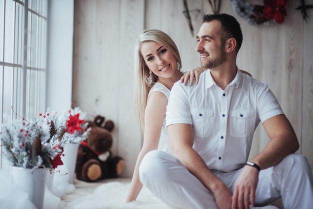クリスマス、美しい贈り物、ツリーで幸せな若いカップル、 Premium写真