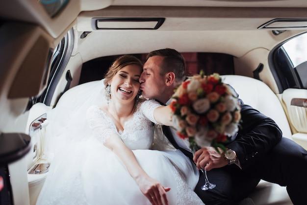 Счастливый мужчина и женщина, улыбаясь, радуясь в день свадьбы Premium Фотографии
