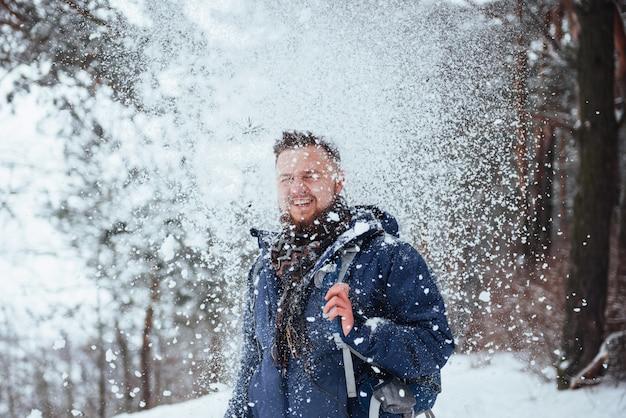 Человек путешественник с рюкзаком пешие прогулки путешествия стиль жизни приключения активный отдых на открытом воздухе. красивый пейзажный лес Premium Фотографии
