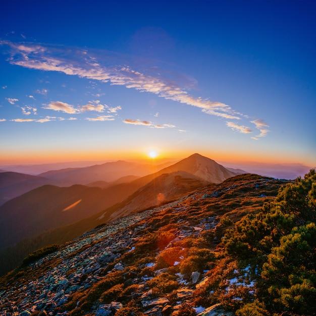 Волшебный закат в горах Premium Фотографии
