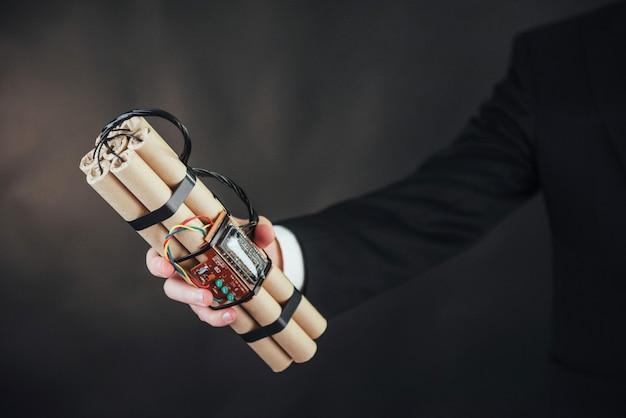 Мужчина террорист в черном костюме со взрывчаткой Premium Фотографии