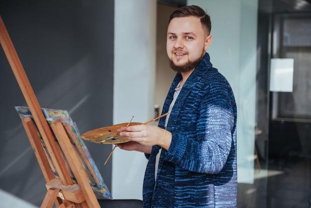 ギャラリーの男性アーティスト Premium写真