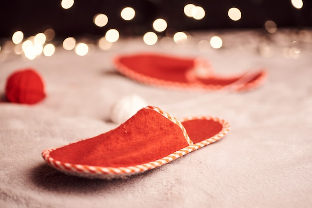 Рождественская картинка с милой рыжей кошкой разноцветных огней на заднем плане Premium Фотографии