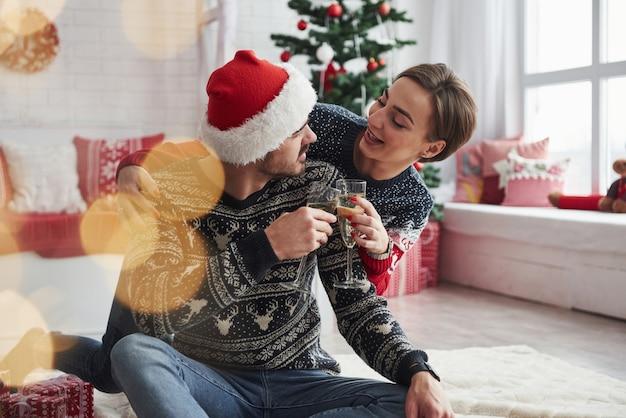 楽しい会話。二人が床に座って新年を祝う Premium写真