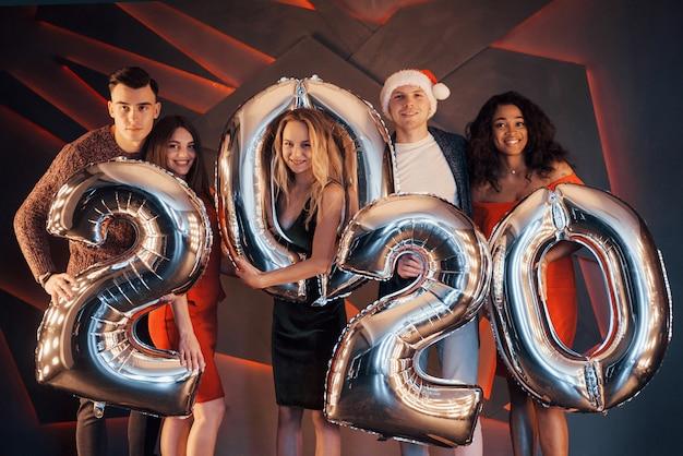 新年を祝う美しい若者のグループ。 Premium写真