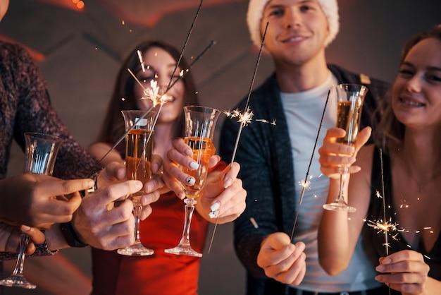 雪だるまとシャンパンを楽しんでいる友人のグループの写真。明けましておめでとうございます。閉じる。 Premium写真