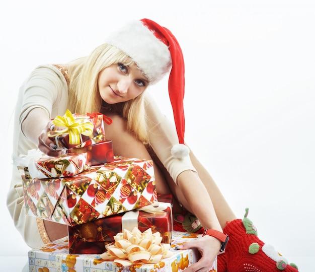 Девушка с рождественским подарком Premium Фотографии