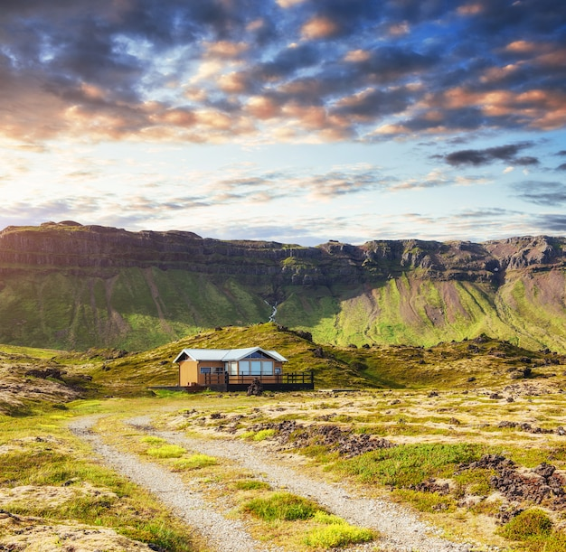 アイスランドの山と川の美しい風景 Premium写真