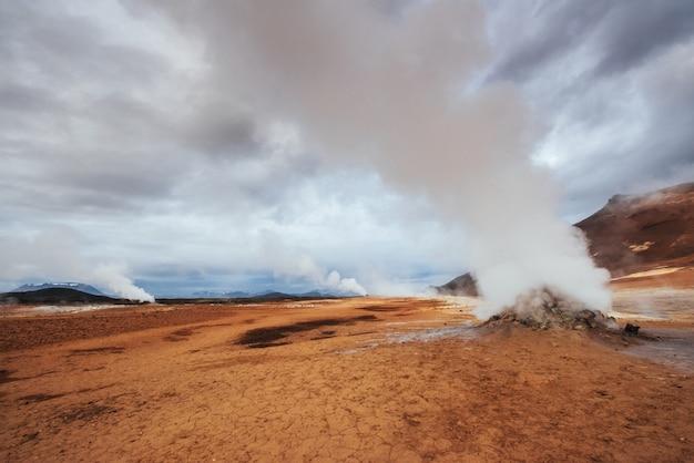 アイスランド、バルカンの国、温泉、氷、滝、暗黙の天気、煙、氷河、強い川、美しいカラフルな野生の自然、ラグーン、素晴らしい動物、オーロラ、溶岩 Premium写真