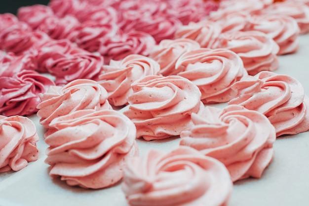 白い羊皮紙にピンクの自家製マシュマロ Premium写真