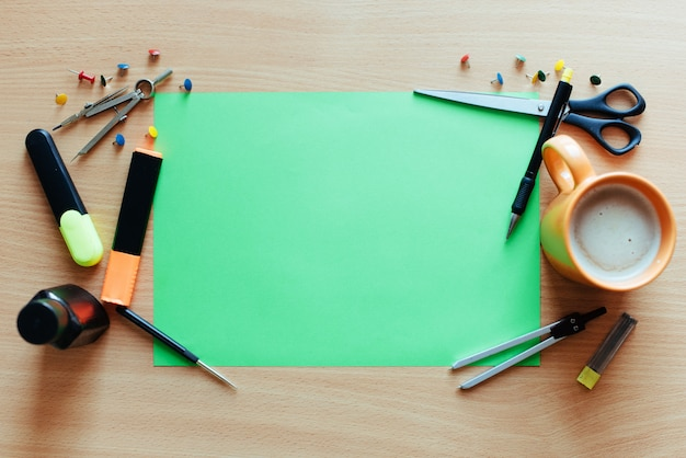 Зеленый пустой лист с множеством канцелярских объектов Premium Фотографии