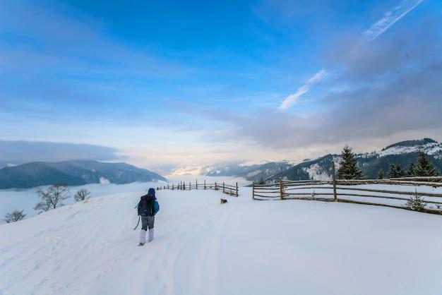 冬の山の観光 Premium写真