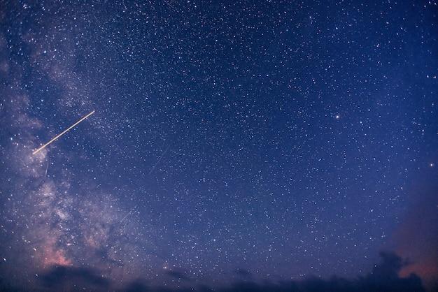 Фантастический зимний метеоритный дождь и заснеженные горы Premium Фотографии