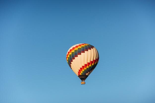 に対してカラフルな熱気球のグループ Premium写真