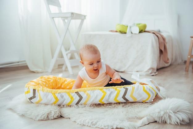 Постельные принадлежности для детей. ребенок спит в постели. здоровый малыш Premium Фотографии